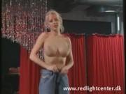 Niemiecka striptizerka wkłada sobie całą rękę