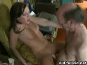 Stary gościu posuwa młodszą dziewczynę