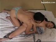 Azjatka zabawia się z starszą mamuśką