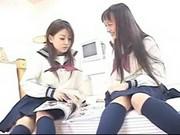 Dwie Azjatki laseczki masturbują się po szkole