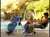 Blondyna walona przy basenie